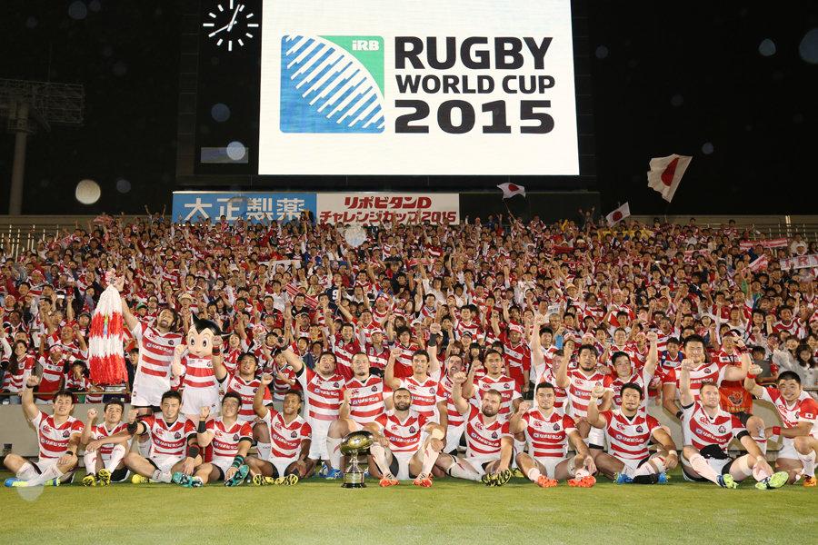ウルグアイに40ー0で快勝後、ファンと記念写真に収まる日本代表。最高のかたちでRWC 2015へ