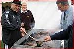 肉を焼くリエゾンのMarvさん(左手前)とホクリーさん(左奥)