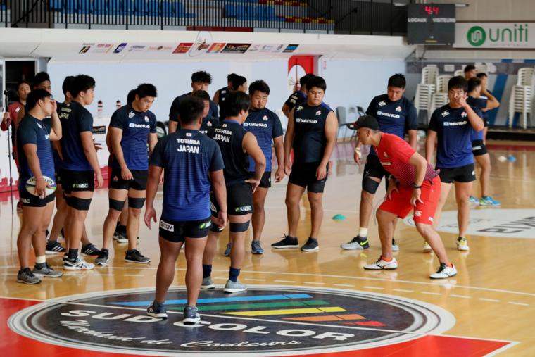 体育館での室内練習なども取り入れながら攻守の切り替え意識を高めるトレーニングは続けられた