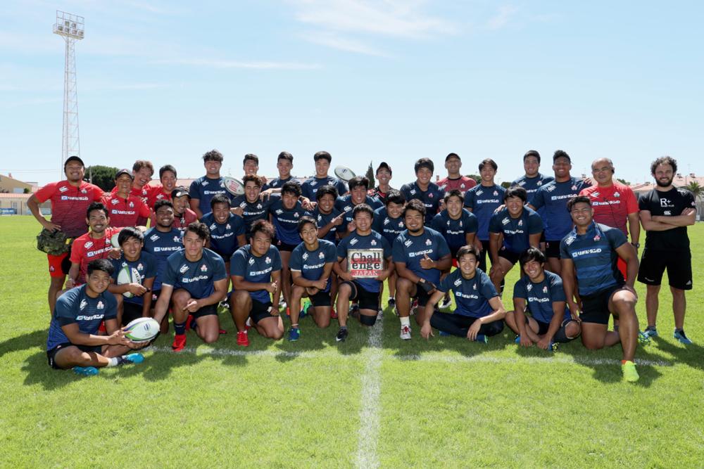 ペルピニャンでの前日練習終えてチーム写真に収まるU20日本代表。準備は全てやり切って決戦に臨む