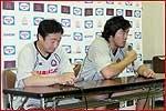 会見に臨む萩本監督(左)と箕内キャプテン