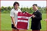箕内キャプテンからJヴィレッジ・川村代表取締役専務に選手全員のサインが入ったジャージーが贈られた