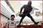 ガレス・エドワーズの銅像と池田選手
