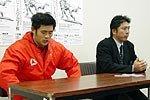 帝京大学の岩出雅之監督(右)、辻井将孝主将