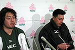 NECグリーンロケッツ、右から高岩映善ヘッドコーチ、箕内拓郎キャプテン