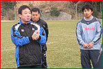 練習前、選手たちに話をする萩本監督