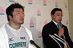 NECグリーンロケッツの高岩ヘッドコーチ(右)、浅野キャプテン