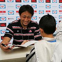 サイン会。笑顔でサインする大野選手(4月16日)