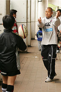 はじめてのラグビーボール」パスを教える矢富選手(4月16日)
