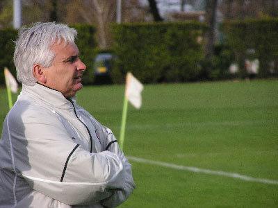 試合を見守るエリサルド ヘッドコーチ