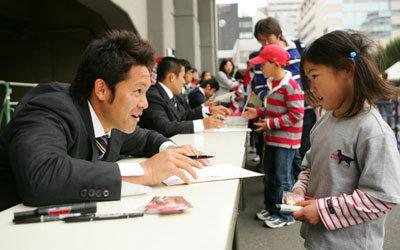 サイン会の様子。サインをはい、どうぞ。優しい池田選手です