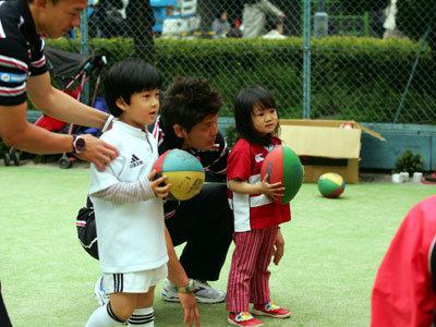 「はじめてのラグビーボール」。子どもと同じ目線で教えます。笠井選手です