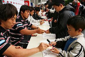 試合会場でしか配布されないトレーディングカード。手前は三宅選手、そのとなりに山村選手