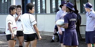 カテドラル高校の選手と交流する選手たち