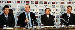 9日の会見から。左から太田GM、カーワン ヘッドコーチ、真下副会長、浜本理事