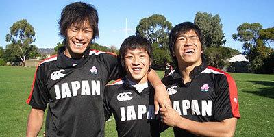 左からクワヅル、ナカゾノ、ウスズキの学生トリオ!