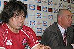 日本代表のカーワン ヘッドコーチ(右)、箕内キャプテン