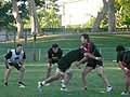 練習後、個人練習に取り組むバックロー陣