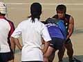 自らコンタクトバッグを持って指導にあたる熊谷選手