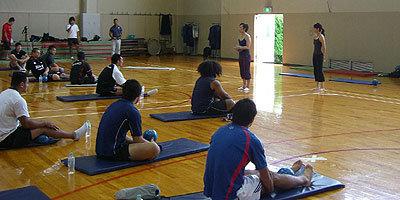 上山千春インストラクターの指導でピラティスセッション開始
