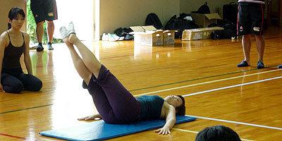 インストラクターから、腰や肩をぶらさず体を動かす見本が示される
