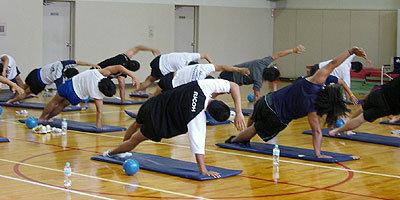 体の中の動きを意識しながらストレッチを行う
