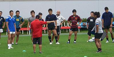 薫田CDの詳細な説明に聞き入る選手たち