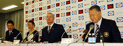 右から森会長、ジョン・カーワン ヘッドコーチ、太田GM