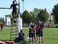 映像でプレーを確認する大畑選手とコーチ陣