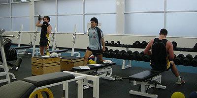 シドニーフリーツの選手と一緒にウェイトトレーニング