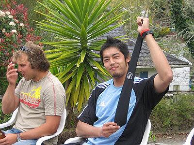 鈴木選手に記念のタイが送られた