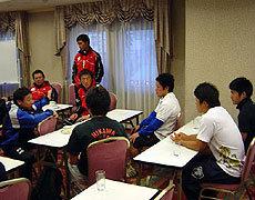 試合後、萩本光威BKコーチによるSHへの指導