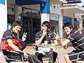 カフェテラスでくつろぐ成田&横山兄弟