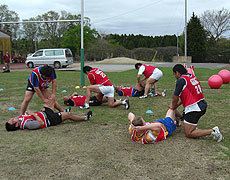 FWはまず、股関節と足首の稼動域を広げるトレーニング