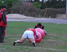 バランスボールを使って姿勢をとるフロントロー陣