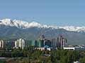 ホテルから見える壮大な山々。山々を覆う雪は融けることがないという