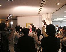表敬訪問後多くの記者から取材を受ける箕内キャプテン