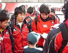 大会中、選手たちもサインを多く求められ、サインに慣れてきたようです