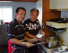 スタッフの作ったトン汁は地元の方にも好評でした(左から森口トレーナー、蓮沼団長)