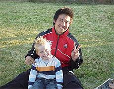 子どもに記念写真を頼まれた村田選手