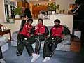 リビングルームで寛ぐ、大西選手、北川選手、遠藤選手