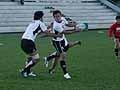 二人をひきつけてパスする小野澤選手