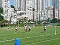 香港らしい高層ビルの真ん中にあるグラウンドでのトレーニング