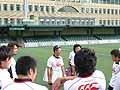 村田監督を中心に笑顔を見せる選手たち