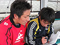 休憩中もサインの確認(?)中の山口選手(左)と成田選手(右)
