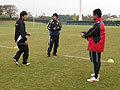 熱心に動きの確認をする横山伸選手(左)、成田選手(中)、村田監督(右)