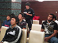 赤チームを代表して発表する横山健一選手