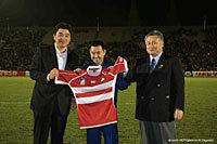 日本代表 vs アメリカ代表のテストマッチ前に行われた、日本代表ジャージの返還式。中央が星出氏、右が日本ラグビー協会森会長、左に日本代表太田GM