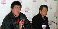 日本大学の重田監督(右)と馬渕キャプテン