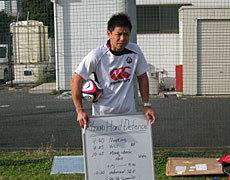 本日の練習内容を説明する村田監督